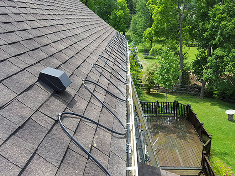 Roof with gutter cable